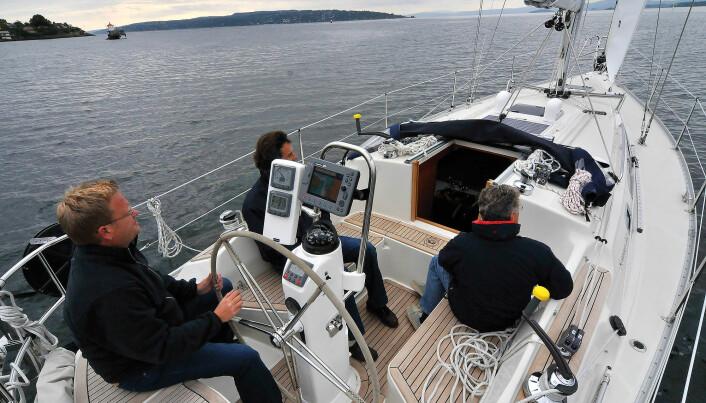 Trangt: Båten har en typisk 90-talls cockpit på godt og vondt
