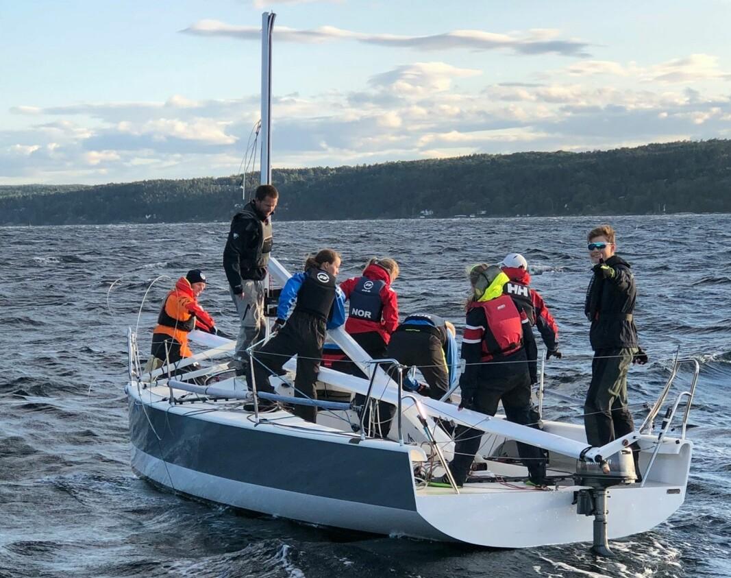 MASTEBREKK: 26-fots seilbåt brakk masten i Bundefjorden.