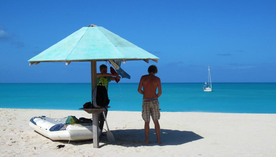 IDYLL: Uvitende om morgendagens uvær hadde vi denne kritthvite stranden på Barbuda helt for oss selv.