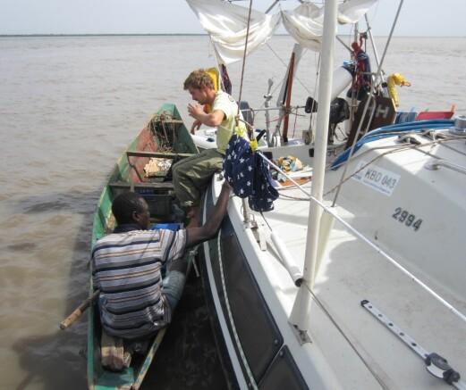KULTUR: Det kunne virke som om terskelen var lavere for å ta kontakt med oss som reiste i liten båt. Her fra Gambia.