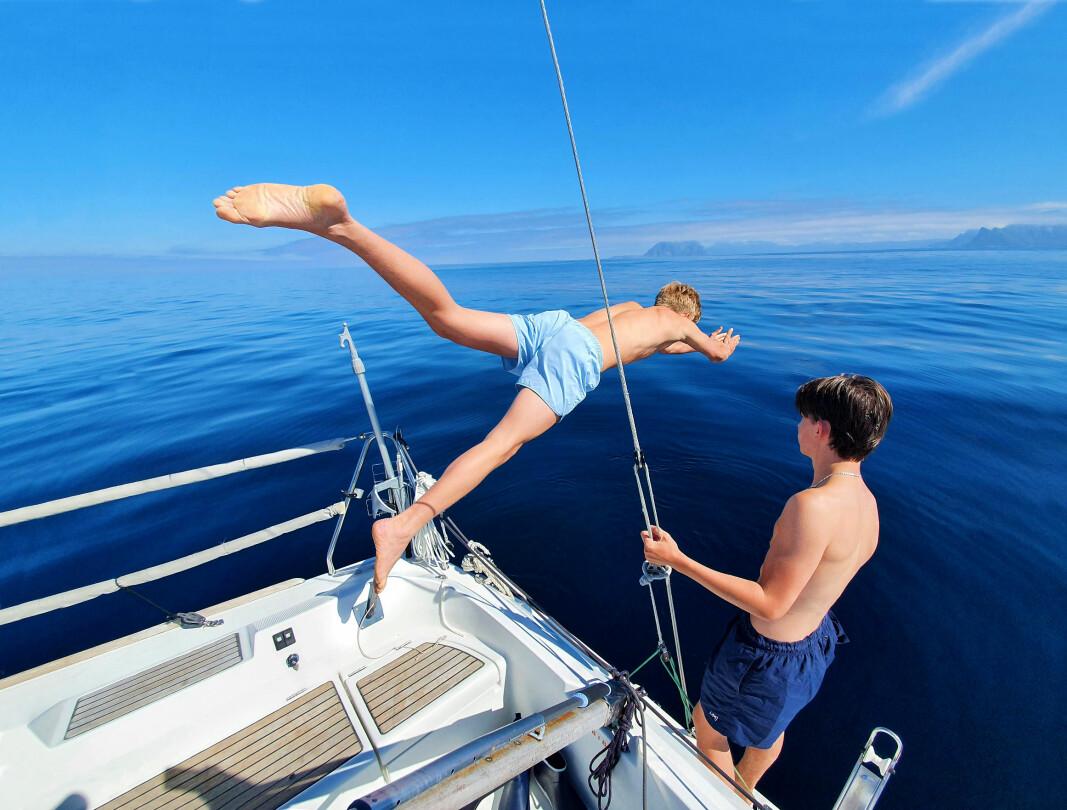 HAVBLIKK: Kuling i går, og havblikk i dag. Lue og jakke byttes med badebukse og vi stuper i havet ved Støtt.