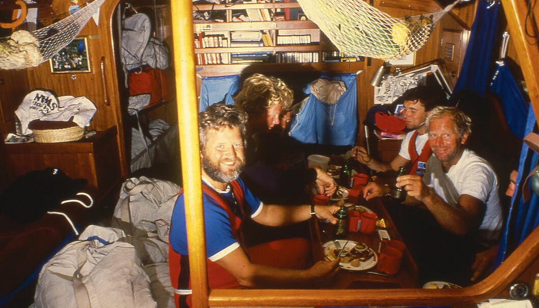 INGEN MATNØD: Kokken Claus Landmark sørget for god mat til seilerne, som veide mer etter regattaen enn de gjorde før start.