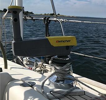 HJELP: Et elektrisk vinsjhåndtak gjør det enklere å håndtere store seil.