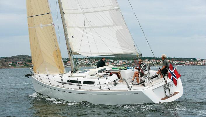 – Grand Soleil har en åpen og trivelig salong og byssa byr på gode kokemuligheter i havn. Lena Jexby, båtjournalist og turseiler
