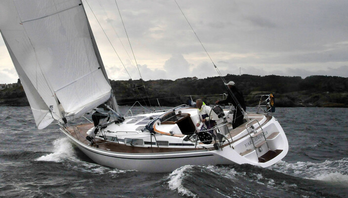 –Linjett 37 er en herlig båt om man ser på detaljer, slik som høytalerne i cockpit som kan kobles om mellom musikk og VHF. Den gir mer for pengene enn HR 372. Peter Gustafsson, regattaseiler og blogger