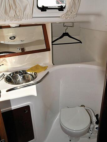 ENKEL: God plass til å henge av seg vått tøy på badet.