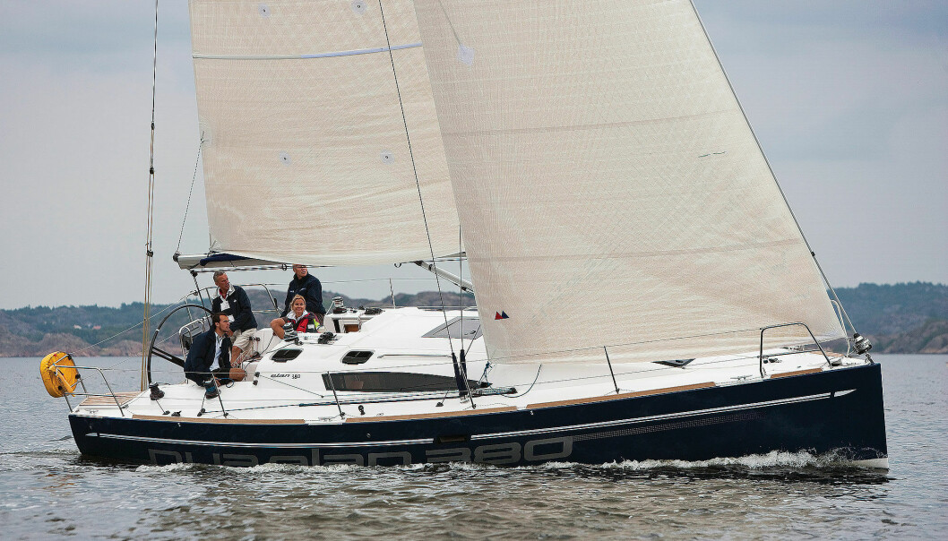 ELAN380: Stor, tøff og prisgunstig. Båten hadde for moderne stil under dekk for testpanelets smak, og den manglet trim for å hevde seg på båtfart.