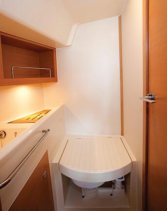 TRANGT: Toalett har dører både fra forpiggen og salongen.