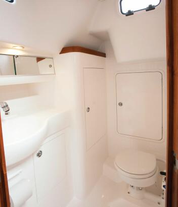 ROMMELIG: God plass i toalettet med tilstøtende båtskap.