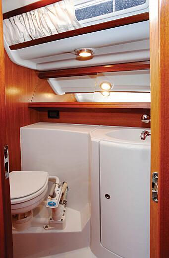 BAD: Med to lugarer har båten testens beste bad med egen dusjrom.