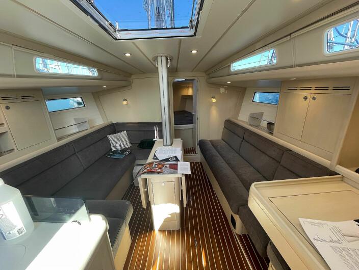 SALONG: Den ustilte båten er innredet i hvitbeiset eik som gir et lyst inntrykk. Materialbruken gir et kvalitetsinntrykk som få produsenter av båter under 40 fot kan tilby.