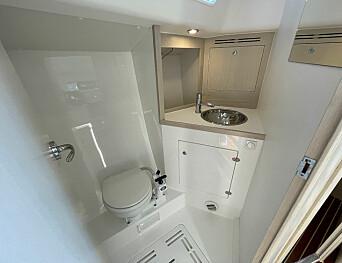 BAD: Toalettet er greit. Uten kartbord kunne det vært større.