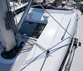 DEKKSUTSTYR: Båten er utstyrt med innhald til fokka. Storseilet har tyskerskjøte som er ført over dekk.