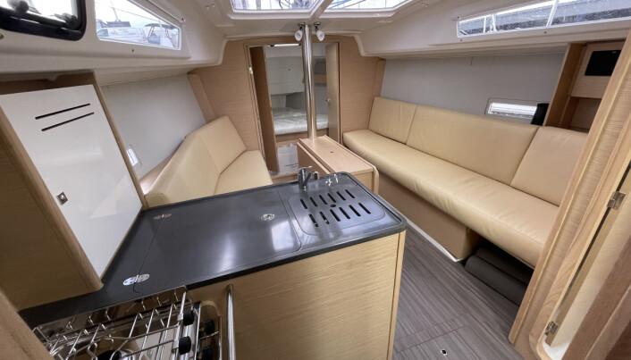 INNREDNING: Salongen er stor, lys og luftig. Båten har dobbeldør frem til forpiggen.