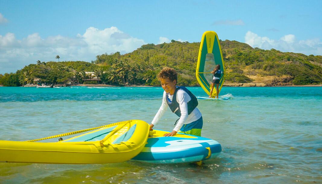 VANNLEKE: Decathon Tamahoo er et oppblåsbart padlebrett med en unik rigg som gjør windsurfing enklere.
